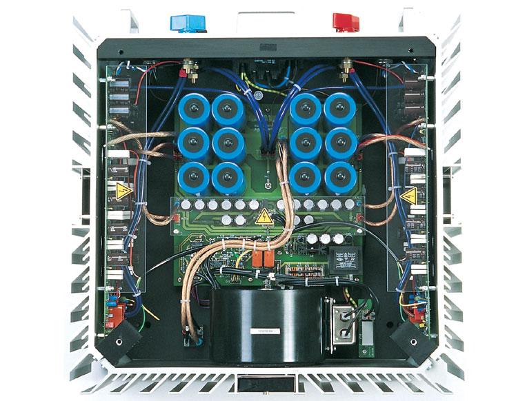 長久以來,膽石機之分野在於原子粒晶體管是電流(Current)放大零件,膽乃是電壓 (Voltage)放大零件,更大之分野是取決於它的放大線路結構 ; 膽機是用輸出變壓器 (Output Transformer) 與喇叭作柔性交連 (Soft Coupling),輸出牛往往起着緩沖 (Buffer),甚至是隱惡揚善的作用。石機則是以OCL(Output Capacitorless)與喇叭作剛性交連 (Hard Coupling),傳真度高,失真極低,以量度失真的測量數字作指標,膽機簡直無得比,但石機卻缺